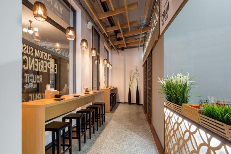 Návrh interiéru sushi bistra - stolky s barovými židličkami