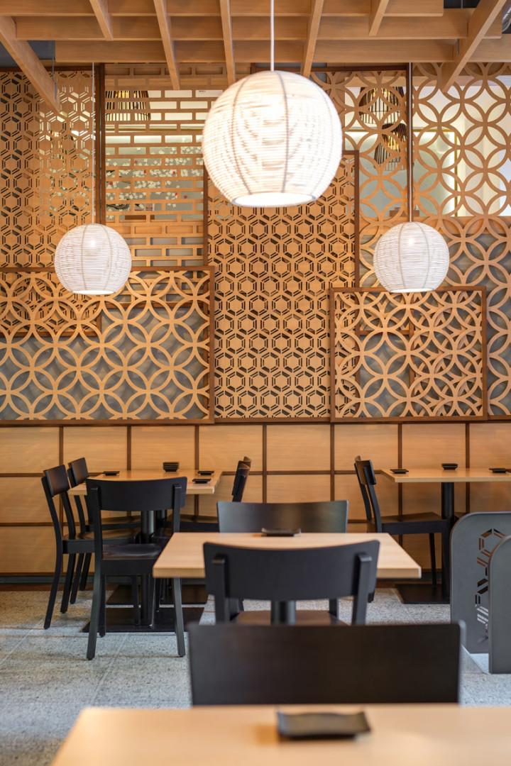 Návrh interiéru sushi bistra - dřevěné ornamentální panely na stěně