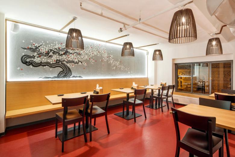 Interiér sushi bistra - jídelní stoly v prvním patře