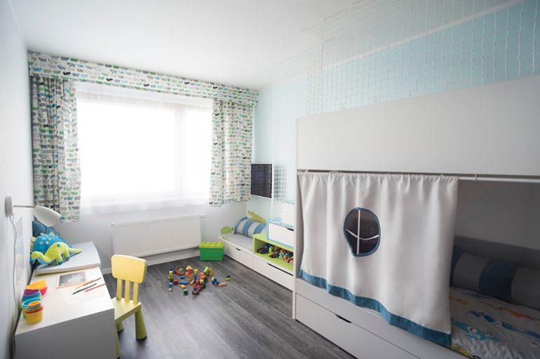 Patrová postel v interiéru dětského pokoje