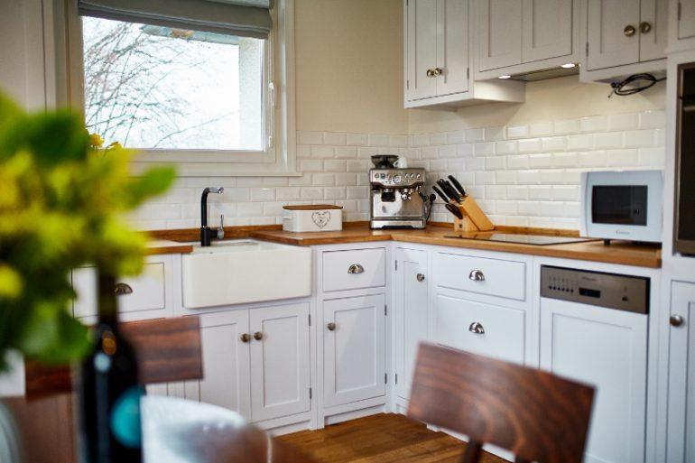 b5265ff025 Inspirace bydlení  Obývací pokoj s kuchyní v anglickém stylu