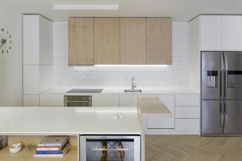Interiér bytu s kuchyní na míru od designérky, vyrobenou truhláři z Devoto