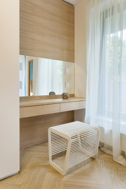 Interiér bytu s českým designem - toaletní stolek.