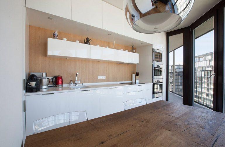 Návrh kuchyně od designéra dřevo a bílá