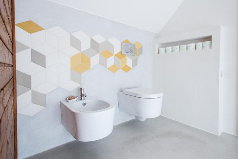 Interiér luxusní koupelny - polička