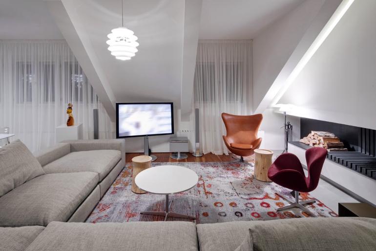 návrh interiéru obývacího pokoje v podkroví, designová křesla, krb