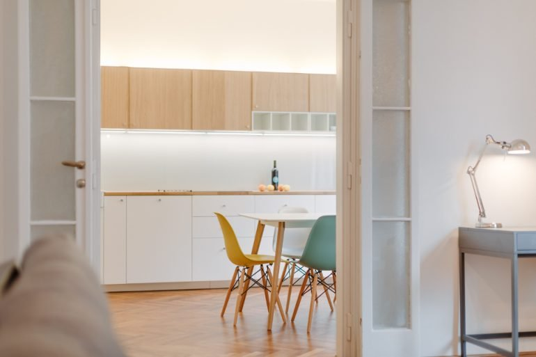 návrh moderního interiéru kuchyně dřevo a bílá