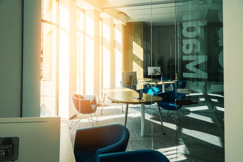 Návrh firemního interiéru, design pobočky, firemní identita, pohoda pracovního prostředí, denní světlo