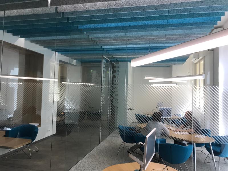 Návrh firemního interiéru, design pobočky, firemní identita, podhled, barvy